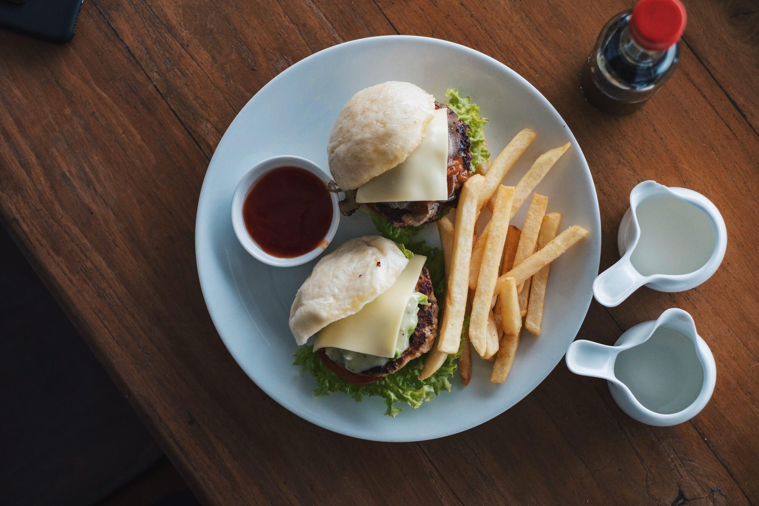 コーヒーを飲むためにみなここへ来る。コロンボの海沿いカフェ「Whight & Co Cafe」|スリランカ